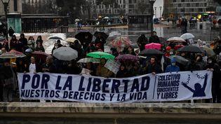 Des manifestants anti-restrictions, le 23 janvier 2021 à Madrid (Espagne). (PIERRE-PHILIPPE MARCOU / AFP)