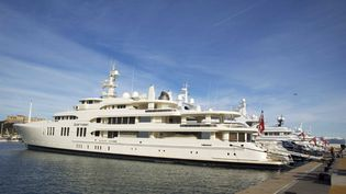 """Des yachts sur le """"quai des milliardaires"""" à Antibes, dans le sud-est de la France, le 20 décembre 2008. (SAEZ PASCAL/SIPA)"""