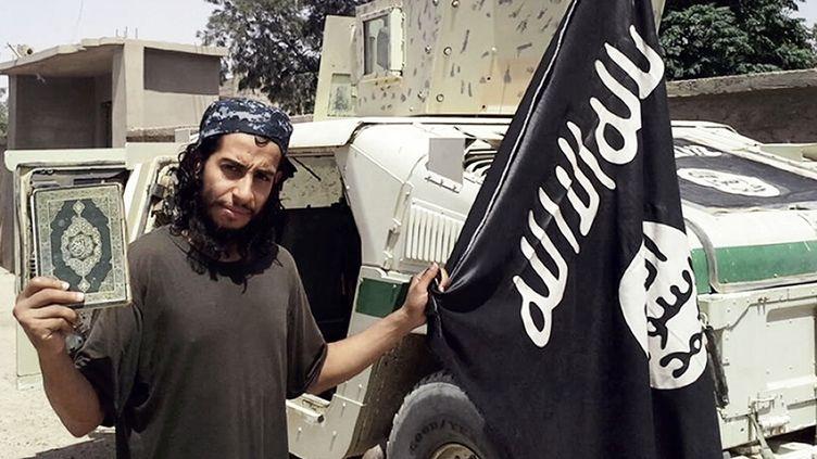 """Le jihadiste belge Abdelhamid Abaaoud, dit Abou Omar Al-Baljiki, dans une photo publiée en février 2015 par le magazine """"Dabiq"""", organe officiel de l'Etat islamique. (- / DABIQ)"""