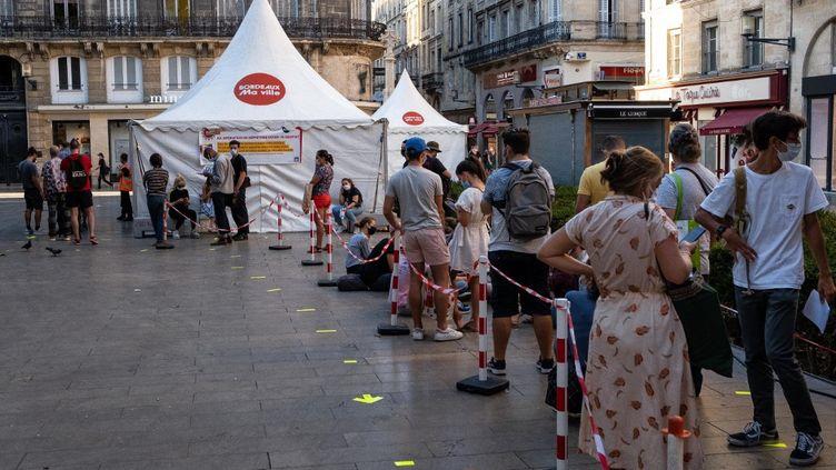 Des personnes attendent pour se faire tester au Covid-19, à Bordeaux (Aquitaine), le 8 septembre 2020. (VALENTINO BELLONI / HANS LUCAS / AFP)