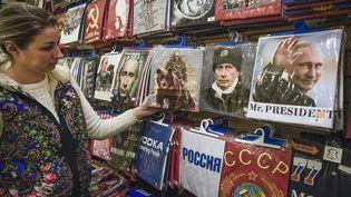 Des t-shirts à l'effigie de Vladimir Poutine, à Moscou. (ALEXANDER NEMENOV / AFP)