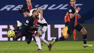 L'attaquant du PSG Neymar taclé par le défenseur lyonnais Léo Dubois lors de la rencontre PSG-Lyon, dimanche 13 décembre 2020 au Parc des Princes. (FRANCK FIFE / AFP)