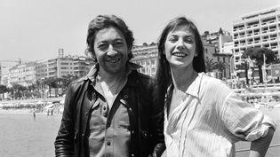 Jane Birkin et Serge Gainsbourg posent ensemble tout sourire en 1976. (AFP)