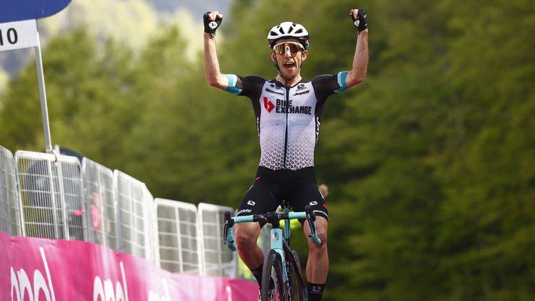Le Britannique Simon Yates (Team BikeExchange) s'impose sur la 19e étape du Giro, vendredi 28 mai 2021. (LUCA BETTINI / AFP)