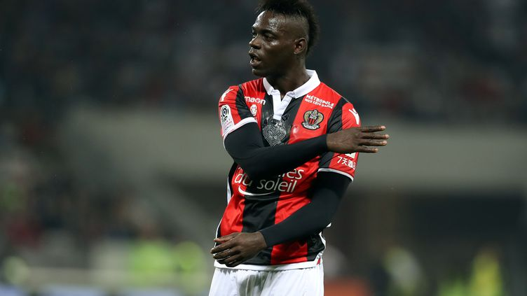 L'attaquant Mario Balotellin'ira finalement pas à Marseille et reste à l'OGC Nice (Ligue 1). (VALERY HACHE / AFP)