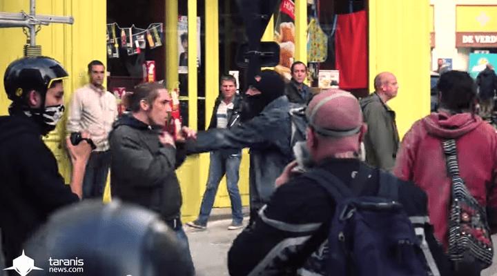 Un policier en civil portant une cagoule (au centre) repousse un manifestant lors d'un rassemblement en hommage à Rémi Fraisse, à Nantes (Loire-Atlantique), le 1er novembre 2014. (TARANISNEWS.FR / FRANCETV INFO)