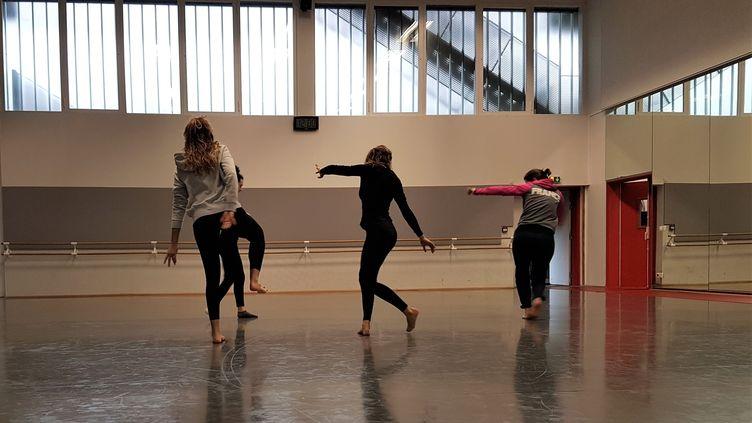 Une partie du collectif France lors du cours de danse contemporaine. (NOUTCHA)