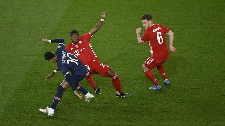 Une action de Neymar lors de la rencontre entre le Bayern Munich et le PSG, mardi 13 avril au Parc des Princes, à Paris. (JULIEN MATTIA / ANADOLU AGENCY / AFP)