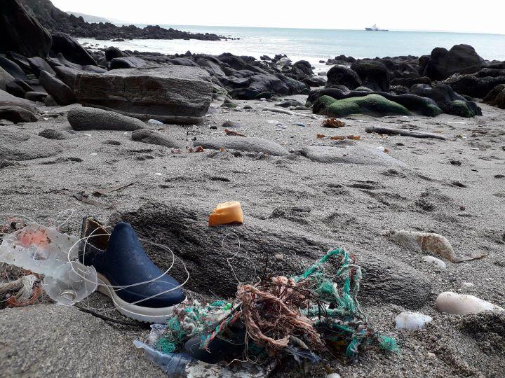Un morceau d'un téléphone Garfield échoué sur une plage de la pointe d'Iroise (Finistère) en 2018. (CLAIRE SIMONIN LE MEUR)