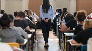 Une surveillante lors de l'épreuve de philosophie du baccalauréat, le 18 juin 2018 au Lycée Pasteur à Strasbourg(Bas-Rhin). (FREDERICK FLORIN / AFP)