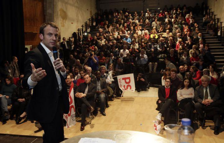 Le ministre de l'Economie, Emmanuel Macron, lors d'un meeting à Fresnes (Val-de-Marne) pour les départementales, le 19 mars 2015. ( PHILIPPE WOJAZER / REUTERS)