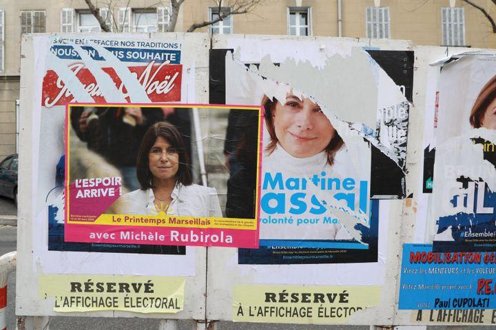 Des affiches à l'effigie des candidates du Printemps marseillais, Michèle Rubirola, et des Républicains, Marine Vassal, pour les élections municipales à Marseille, le 24 janvier 2020. (MAXPPP)