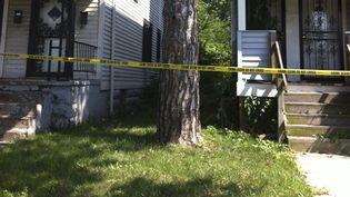 Le périmètre de sécurité autour des maisons où ont été découverts deux cadavres de femmes, à East Cleveland (Ohio, Etats-Unis), le 21 juillet 2013. ( REUTERS)