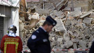 Un troisième immeuble qui menaçait de s'effondrer a été démoli par les pompiers. (GERARD JULIEN / AFP)