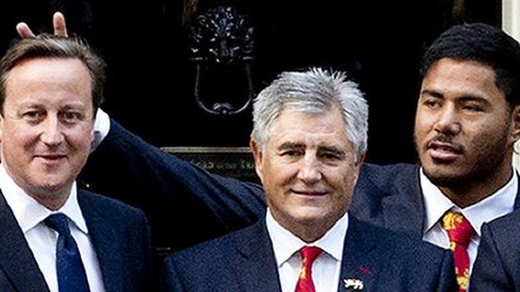 Manu Tuilagi en train de faire les oreilles de lapin à David Cameron au 10 Downing Street à Londres le 16-9-2013... (AFP - Pool - Chris Harris)