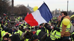 """Des """"gilets jaunes"""" réunis près de l'hôtel des Invalides, à Paris, le 19janvier2019. (ZAKARIA ABDELKAFI / AFP)"""