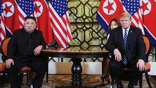 Kim Jong-un etDonald Trump (à droite) à Hanoï (Vietnam), le 28 février 2019. (SAUL LOEB / AFP)