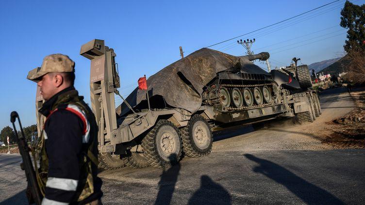 Un militaire turque patrouille près de la frontière avec la zone contrôlé par les forces kurdes de Syrien, près de Hatay, dimanche 28 janvier 2018. (OZAN KOSE / AFP)