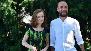 """Isabelle Huppert et Bavo Defurne au festival du film francophone d'Angoulême lors de la présentation du film """"Souvenir""""  (WOSTOK PRESS/MAXPPP)"""