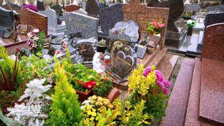 """Obsèques en soldes, devis à la tête du client... """"Pièces à conviction"""" a enquêté sur les pratiques des agences de pompes funèbres (PIECES A CONVICTION/FRANCE 3)"""