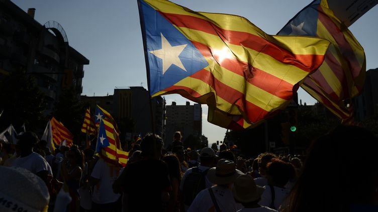 Des Catalans marchent lors d'une manifestation pour l'indépendance de la Catalogne,à Barcelone, le 11 septembre 2016. (JOSEP LAGO / AFP)