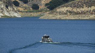 Un bateau à la recherche de l'actrice Naya Rivera, disparue dans le lac de Piru près de Fillmore, en Californie, le 10 juillet 2020. (ROBYN BECK / AFP)