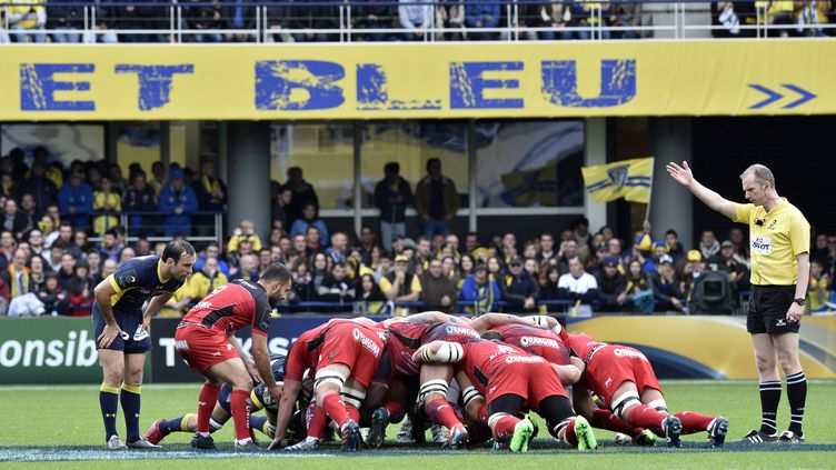 Mêlée entre Clermont et Toulon, en quarts de finale de la Coupe d'Europe, le 2 avril 2017. (THIERRY ZOCCOLAN / AFP)