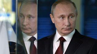 Le président russe, Vladimir Poutine, visite une exposition à Moscou (Russie), le 4 novembre 2015. (ALEKSEY NIKOLSKY / RIA NOVOSTI / AFP)