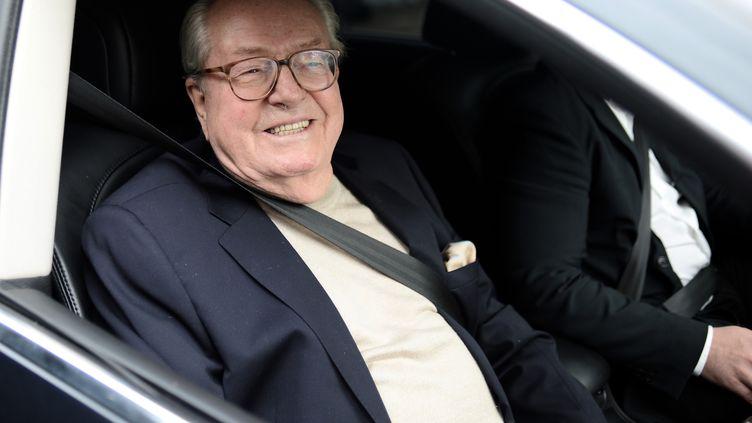 Jean-Marie Le Pen face aux journalistes lors de sa sortie du siège du FN le 4 mai 2015 (STEPHANE DE SAKUTIN / AFP)