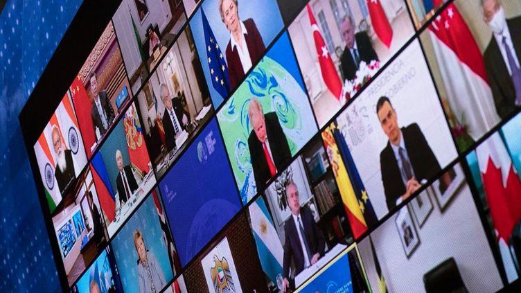 Des chefs d'Etat apparaissent sur un écran de la Maison Blanche lors du sommet sur le climat organisé en visioconférence par les Etats-Unis, le 22 avril 2021. (BRENDAN SMIALOWSKI / AFP)