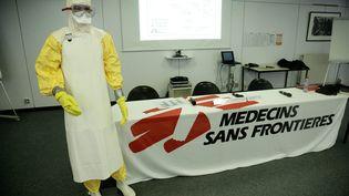 Unecombinaison sanitaire portée par les membres de Médecins sans frontières auprès des malades d'Ebola, présentéelors d'une conférence de presse à Paris, le 18 septembre 2014. (MAXPPP)