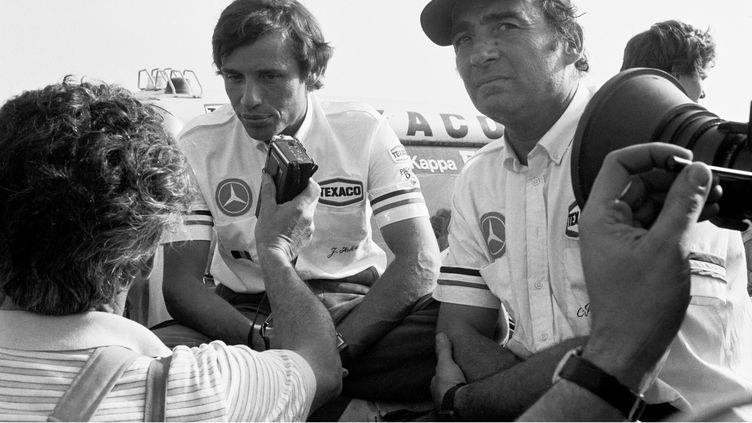 Claude Brasseur et Jacky Ickx, vainqueurs de l'édition 1983 du Paris-Dakar au Sénégal, le 20 janvier 1983. (RENAUDEAU/SIPA)