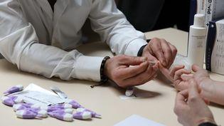Un médecin effectue un prélèvement sur un personnel de santé en vue de réaliser un test sérologique, à Châteauroux (Indre), le 18 avril 2020. (THIERRY ROULLIAUD / MAXPPP)