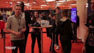 """Quand l'équipe de """"Complément d'enquête"""" se fait sortir d'un tournoi de jeu vidéo (COMPLÉMENT D'ENQUÊTE/FRANCE 2)"""