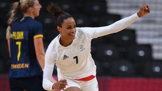 Les handballeuses françaises disputent leur deuxième finale olympique consécutive face aux Russes le 8 août 2021. (FRANCK FIFE / AFP)