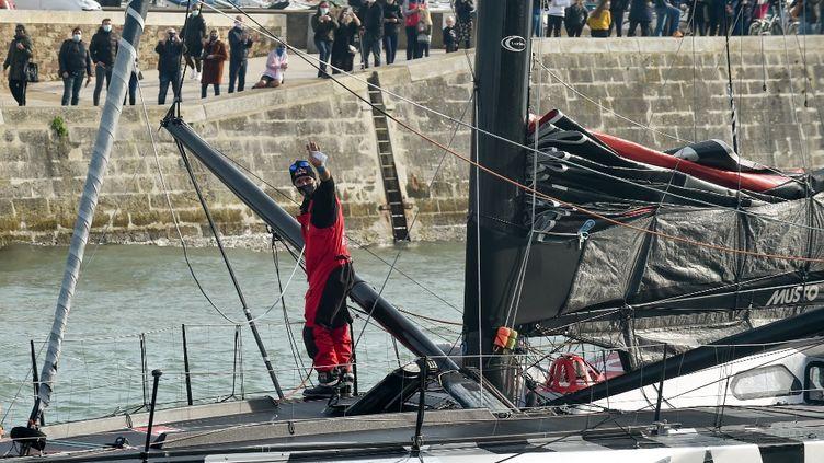 Jérémie Beyou (Charal Sailing Team) de retour aux Sables d'Olonne pour évaluer et réparer ses avaries (SEBASTIEN SALOM-GOMIS / AFP)