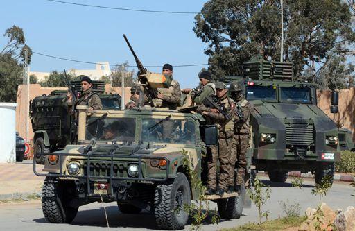 Militaires tunisiens en patrouille à Ben Guerdane (sud) le 13 mars 2016 (AFP - Fathi Nasri)