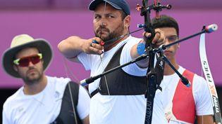 Les Français Jean-Charles Valladont, Pierre Plihon et Thomas Chirault participent aux éliminations par équipes masculines lors des Jeux Olympiques de Tokyo 2021 de tir à l'arc, à Tokyo, le 26 juillet 2021. (ADEK BERRY / AFP)