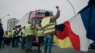 """Manifestation commune entre """"gilets jaunes"""" français et allemands sur le Pont de l'Europe à Strasbourg le 29 décembre 2018 (MATHIAS ZWICK / HANS LUCAS)"""