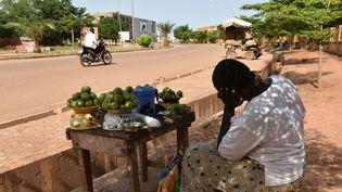 Une vendeuse de fruits attend des clients àOuagadougou (Burkina Faso) le 22 septembre 2015. (SIA KAMBOU / AFP)
