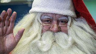 Un homme déguisé en père Noël, le 6 décembre 2017, à Saint-Pétersbourg (Russie). (ALEKSANDR GAL'PERIN / SPUTNIK)