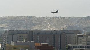 Un hélicoptère américain évacue le personnel de l'ambassade des Etats-Unis à Kaboul, le 15 août 2021. (WAKIL KOHSAR / AFP)