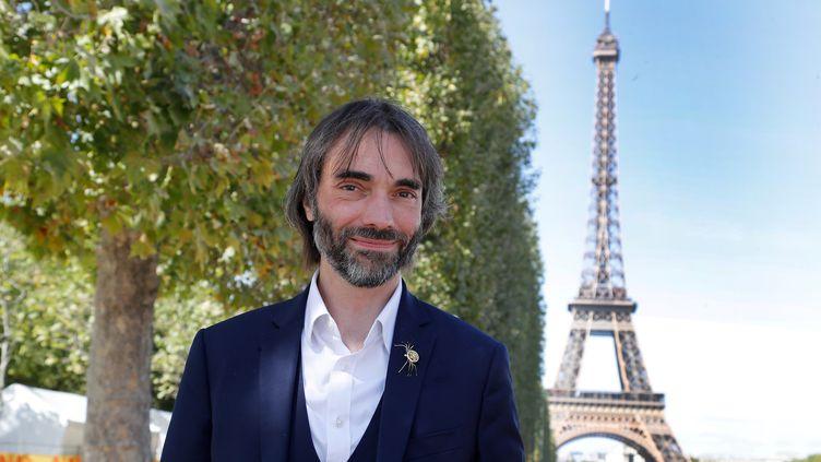 Cédric Villani pose devant la tour Eiffel, à Paris, le 6 septembre 2019. (FRANCOIS GUILLOT / AFP)