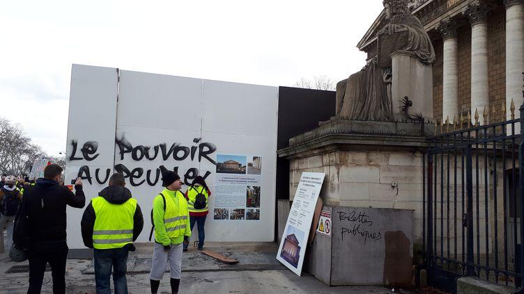 """Manifestation de """"gilets jaunes"""" devant l'Assemblée Nationale à Paris, le 9 février 2019. (BENJAMIN ILLY / FRANCE-INFO)"""