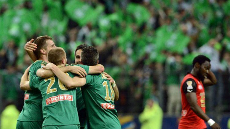 Le bonheur des Stéphanois à l'issue de leur victoire en finale de Coupe de la Ligue face à Rennes.  (FRANCK FIFE / AFP)