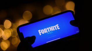 """Un jouer de """"Fortnite"""" sur son smartphone à Los Angeles (Californie), le 14 août 2020. (CHRIS DELMAS / AFP)"""
