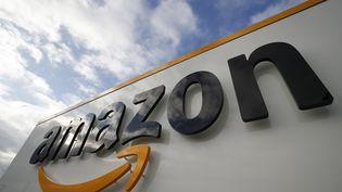 Le logo de la société Amazon, le 28 novembre 2019, sur le centre de distribution de Brétigny-sur-Orge(Essonne). (THOMAS SAMSON / AFP)
