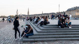 Des jeunes gens sur une place à Bordeaux (Gironde). Photo d'illustration. (VALENTINO BELLONI / HANS LUCAS)