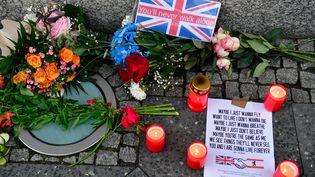 Des fleurs et des bougies déposées devant l'ambassade britannique à Berlin, le 4 juin 2017, pour rendre hommage aux victimes de l'attentat de Londres. (JOHN MACDOUGALL / AFP)