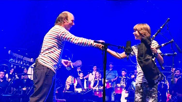 Yann Tudi, un jeune musicien de cornemuse invité à jouer aux côtés de Carlos Núñez au festival Interceltique de Lorien (France 3 Bretagne)